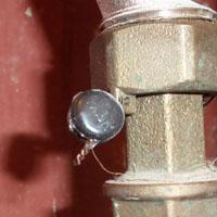 Полиэтиленовая пломба на водопроводной арматуре